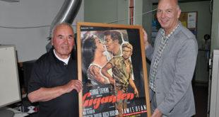 Filmvorführer Anton Dachauer und Kinobesitzer Lars Doppler mit dem original Filmplakat von James Deans Giganten