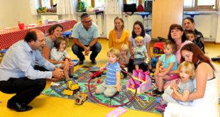 Bürgermeister Paul Iacob und Markus Gmeiner im Kreise der Kinder in der Spielgruppe in den Räumen des  Kinderhortes der A.W.O.