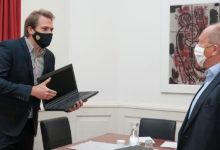 Photo of Füssens neuer Bürgermeister Eichstetter übergibt Laptops für hilfsbedürftige Schüler